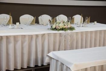 Kvetinový aranžmán na svadobný stôl