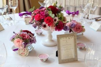 Fialovo -ružová svadobná výzdoba