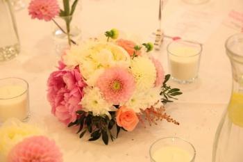 Kvetinový aranžmán na stole novomanželov