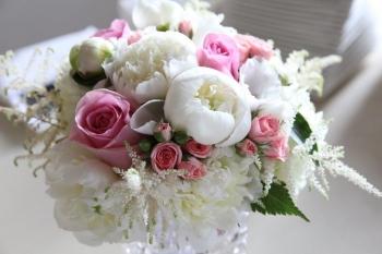 Svadobná kytica s pivonkami a ružičkami